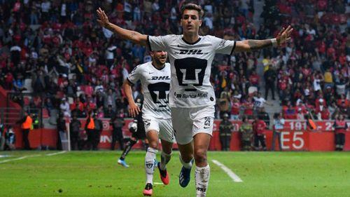 Dinenno celebra un gol con Pumas