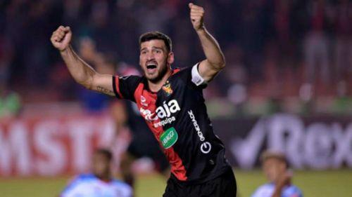 Cuesta celebra un gol