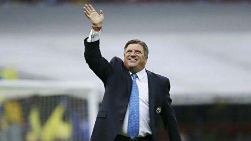 Miguel Herrera saluda durante un juego del América en el Azteca