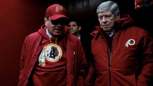 Dan Snyder entrando a la cancha por el túnel de Washington