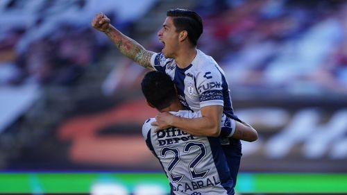Dávila festeja un gol con Pachuca