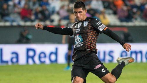 Guzmán dispara durante un juego de los Tuzos