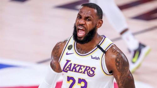 LeBron James en un juego de la NBA