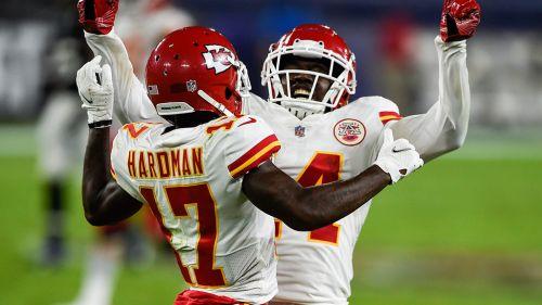Watkins y Hardman festejan un touchdown