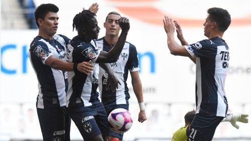Jugadores de Rayados festejan una diana ante Puebla