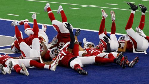 Jugadores de Arizona festejan una intercepción a Dallas