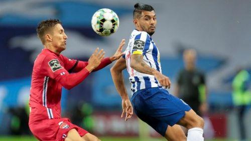 Jesús Corona en juego con Porto