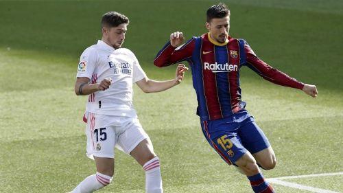Lenglet y Valverde disputan un balón en el Clásico Español