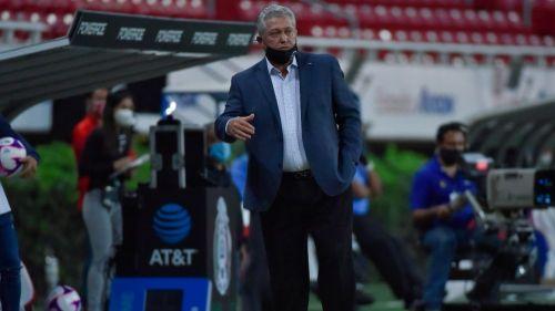Víctor Manuel Vucetich dirigiendo un partido de Chivas