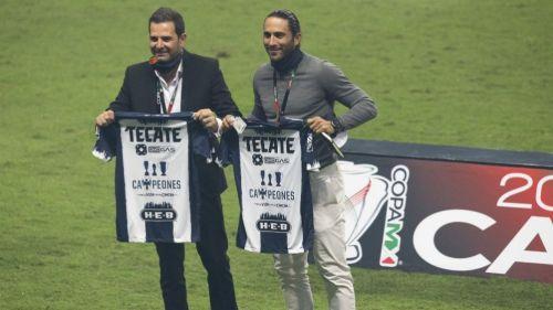 Duilio Davino y Aldo de Nigris con las nuevas playeras