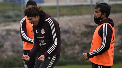 Ochoa se muestra feliz en entrenamiento del Tri
