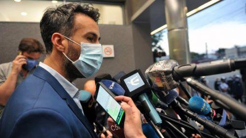 El doctor Leopoldo Luque en conferencia de prensa