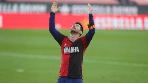 Lionel Messi festejando con la playera del Newell's de Maradona