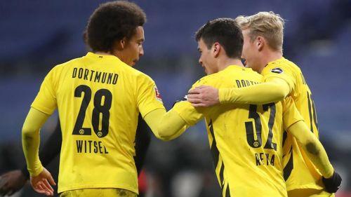 Giovanni Reyna es felicitado por sus compañeros tras gol