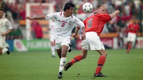 Claudio Suárez en acción con Selección Nacional