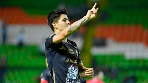 Víctor Dávila celebrando un gol con León