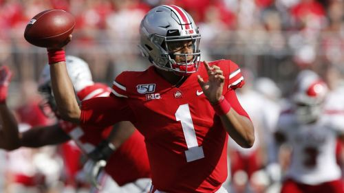 Justin Fields se prepara para lanzar el ovoide en juego de Ohio State