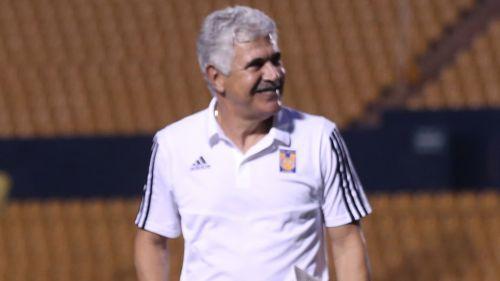 Ricardo Ferretti, sonríe tras un juego