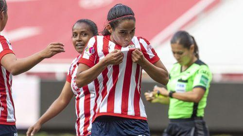 Carolina Jaramillo festeja un gol con Chivas