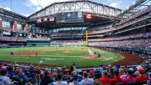 Asistentes en el Globe Life Field disfrutan de un juego de Rangers