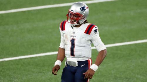 Cam Newton en un partido con los Patriots