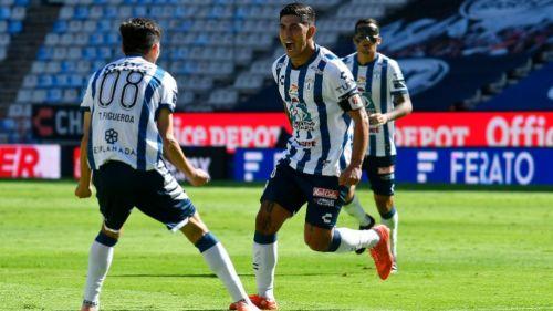 Víctor Guzmán festejando su primer gol del partido