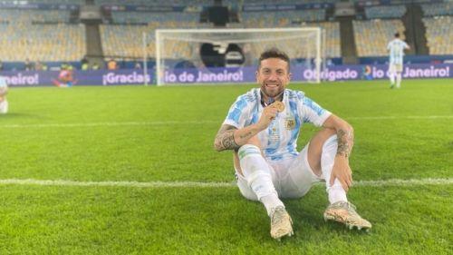 Alejandro 'Papu' Gómez posa con su medalla obtenida en la Copa América