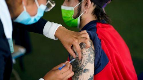 Enfermera aplicando una dosis de la vacuna contra el Covid-19 en la CDMX