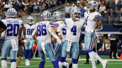 Jugadores de Dallas festejan una anotación
