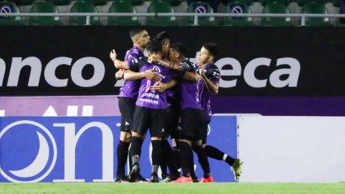 Los jugadores de Mazatlán festejando el gol