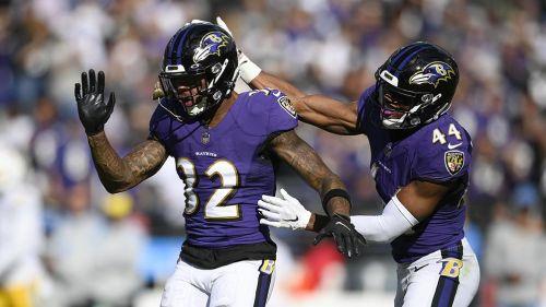 Jugadores de Ravens festejan tras una jugada
