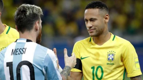 Messi y Neymar se saludan previo a un juego