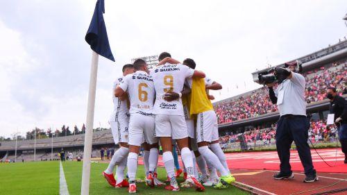 Jugadores de Pumas celebran ante Xolos