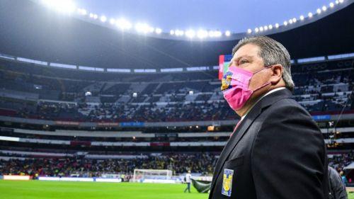 Miguel Herrera, técnico de Tigres, en el Estadio Azteca