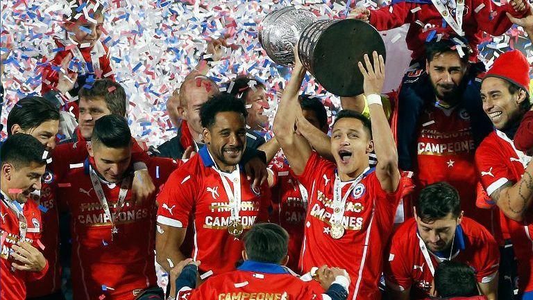 Jugadores chilenos festejan con la Copa América