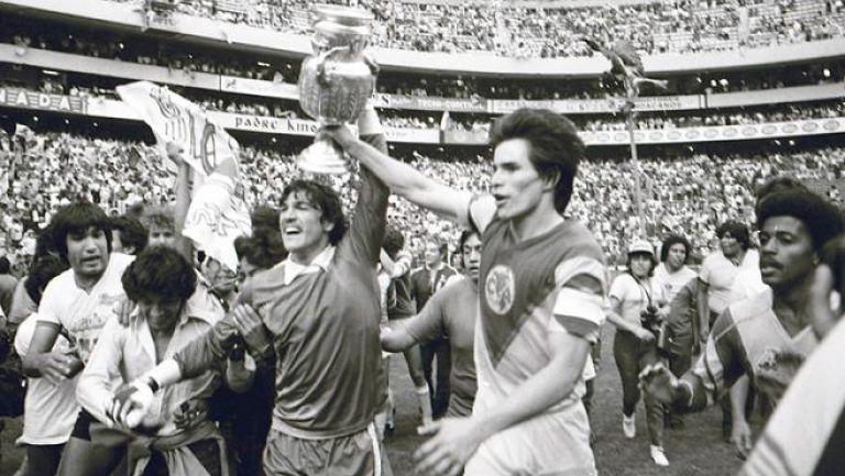Zelada levanta la Copa junto a Tena