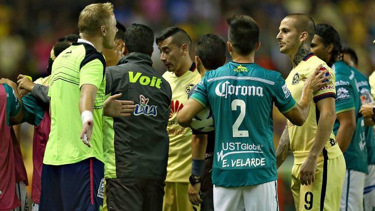 Jugadores de León y América se confrontan