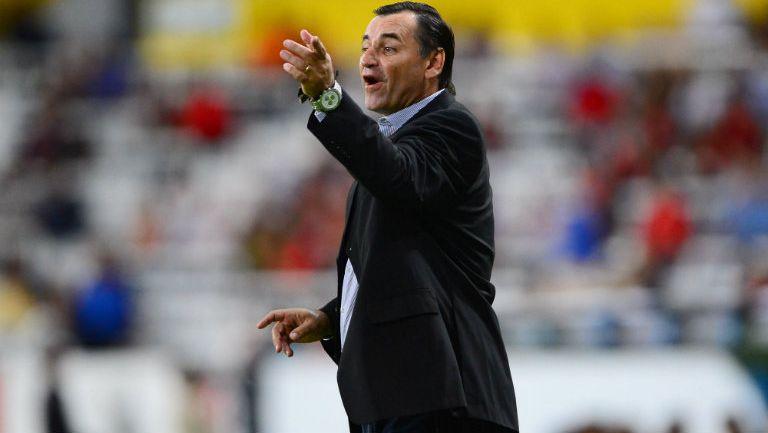 Carlos Bustos da indicaciones en un partido