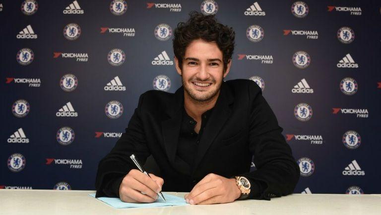 Alexandre Pato firmando su contrato con Chelsea