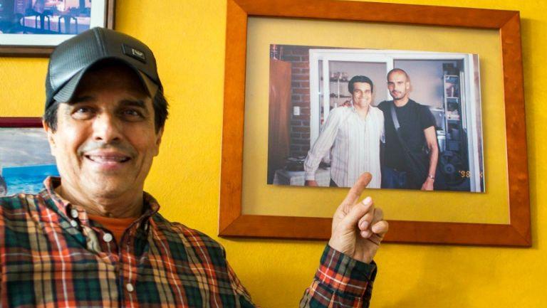 El señor José Luis Bracamontes muestra una fotografía donde sale con Pep Guardiola