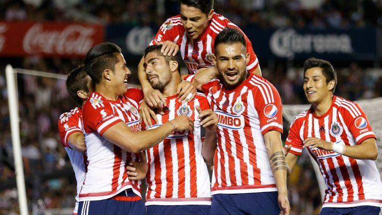 Jugadores celebrando la anotación de Pereira