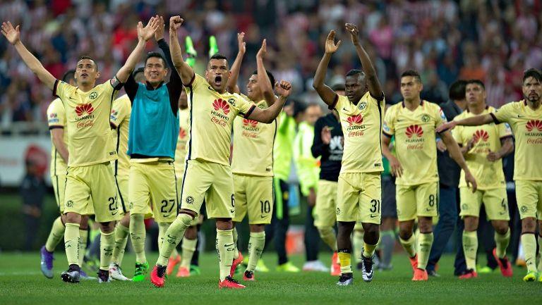Jugadores azulcremas festejando la victoria en el Clásico
