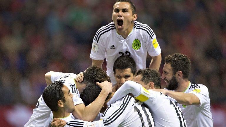 Paul Aguilar festeja junto al resto del equipo tras el triunfo contra Canadá