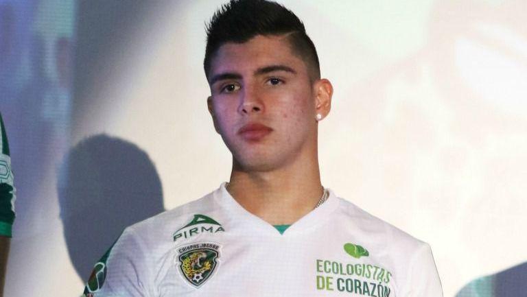Adrián Marín en la presentación de la playera de Chiapas