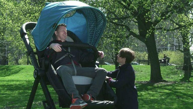 La carriola gigante pretende que los padres experimenten su comodidad