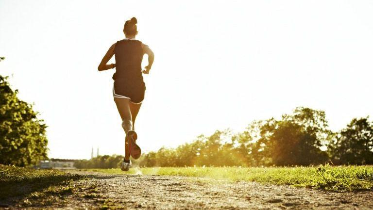 Una corredora entrena con los rayos del sol