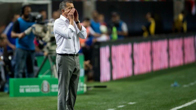 El entrenador Juan Carlos Osorio dando indicaciones durante el juego entre México y Paraguay