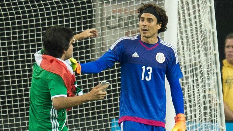 Guillermo Ochoa junto al espontaneo en el Georgia Dome