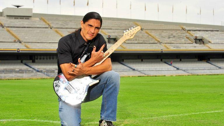 Francisco Palencia posa para la lente de RÉCORD con su guitarra