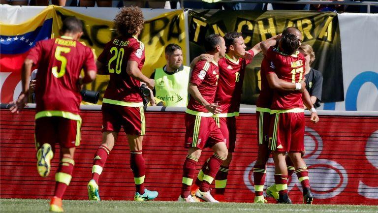 Jugadores de la Vinotinto festejando el gol de Martínez
